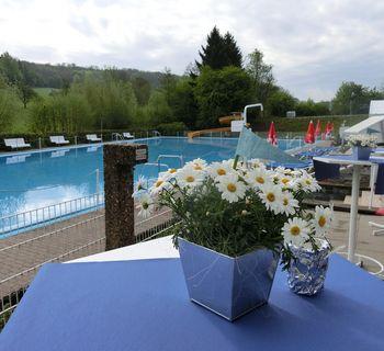 Das Freibad ist bereit für die Besucher des Saisoneröffnungsfestes