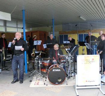 Reinhard Biere kündigt die Stücke der Band an.