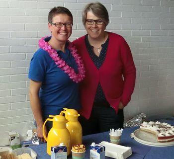 Beate Herzke hatte dieses Mal das Kuchenbuffet organisiert und hier mit Martina Rosemeier und anderen Damen den Verkauf übernommen.