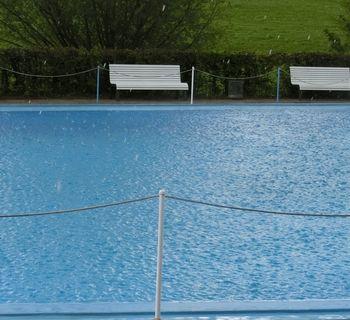 Regen und Hagel im Becken
