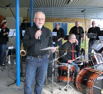Reinhard Biere kündigt die Stücke der Band an