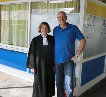 Die Pastorin Iris Opitz-Hollburg und Eric Frie begrüßen die Besucher des Gottesdienstes