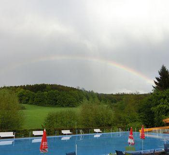 Ein doppelter Regenbogen nach dem Guss